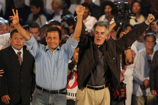 Ollanta Humala saluda a Hugo Chávez